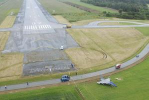 Vu aérienne de la sortie de piste du Rafale M16